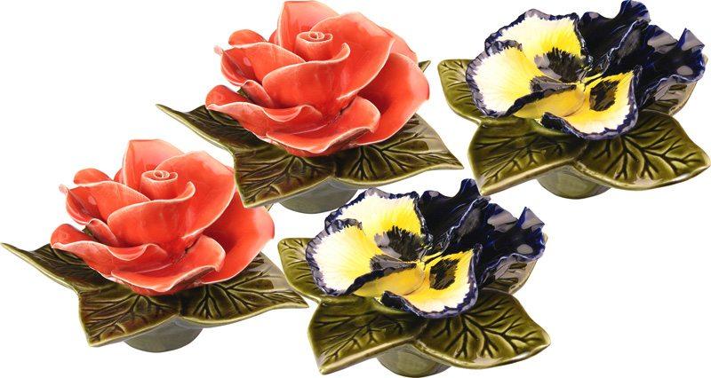 sokkel met blauw gele viool of koraalkleurige rode roos