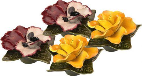 sokkel met gele roos en rode viool