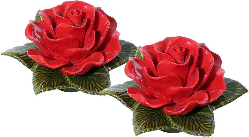 Sokkel met een fel rode roos