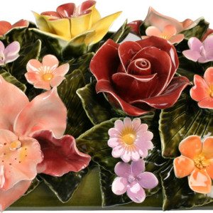 bloemstuk van keramiek met gekleurde tuinbloemen