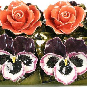 Bloemstuk met rozen en violen