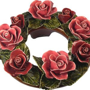 Krans van keramiek met rode rozen
