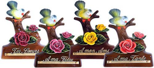 staander met takje vogel en gekleurde roosjes