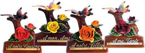 staander van takje met vlinder en oranje roos