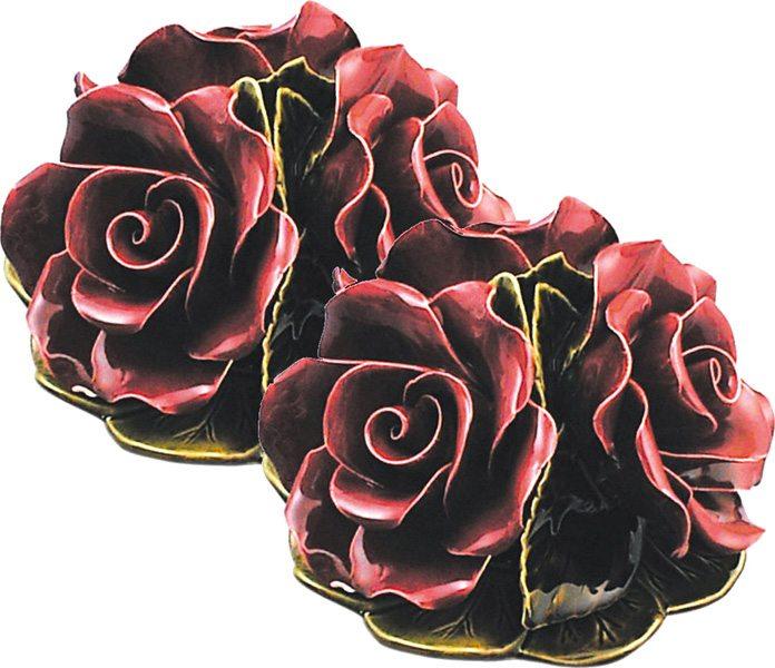 boeket met 3 granaatrode rozen als vaasdecoratie majolica