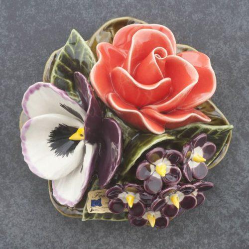 grafdecoratie boeketje van majolica bloemen